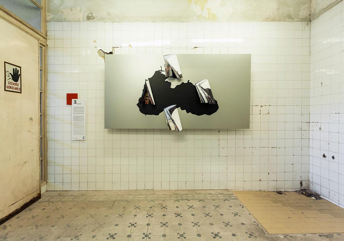 Mathias Depardon'un yetimhanedeki 'Karadeniz'den Kartpostallar' sergisinden genel görünüm [Fotoğraf: Korhan Karaoysal]