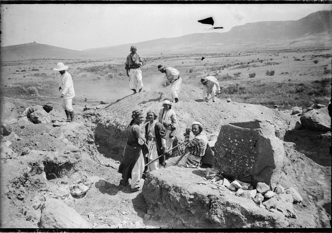 Garstang'in çalışmaları yönettiği kazı açması, Sakçagözü (1908). Garstang Arkeoloji Müzesi, Liverpool Üniversitesi.SG-212
