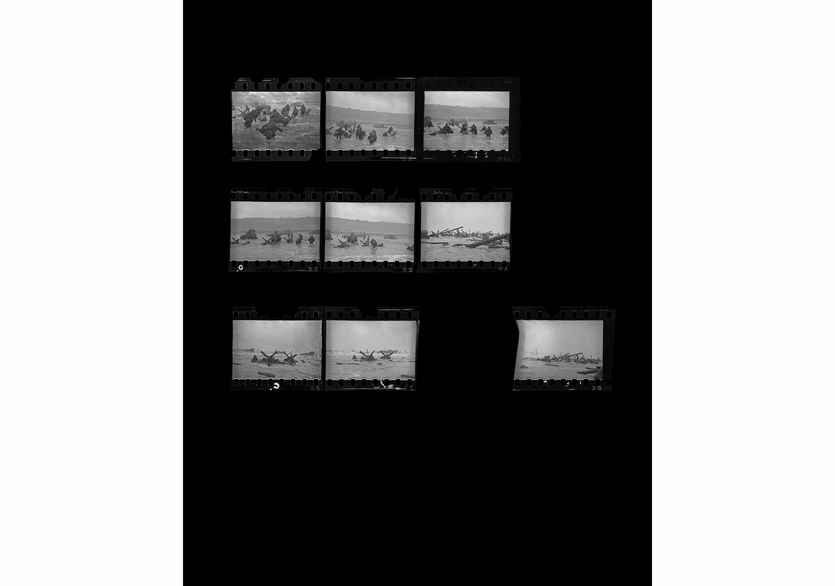 Robert Capa © International Center of Photography,Omaha Plajı, Normandiya, Fransa, 6 Haziran 1944. Şafakta karaya çıkan öncü Amerikan askerleri. Kontakt Baskı
