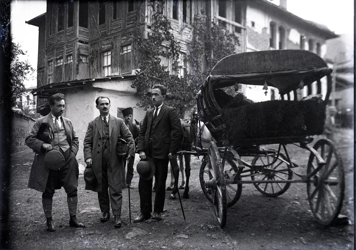 Dönemin lüks yaylı arabası, arabacı ve kravatlı, çantalı yolcuları, 11 Ocak 1925