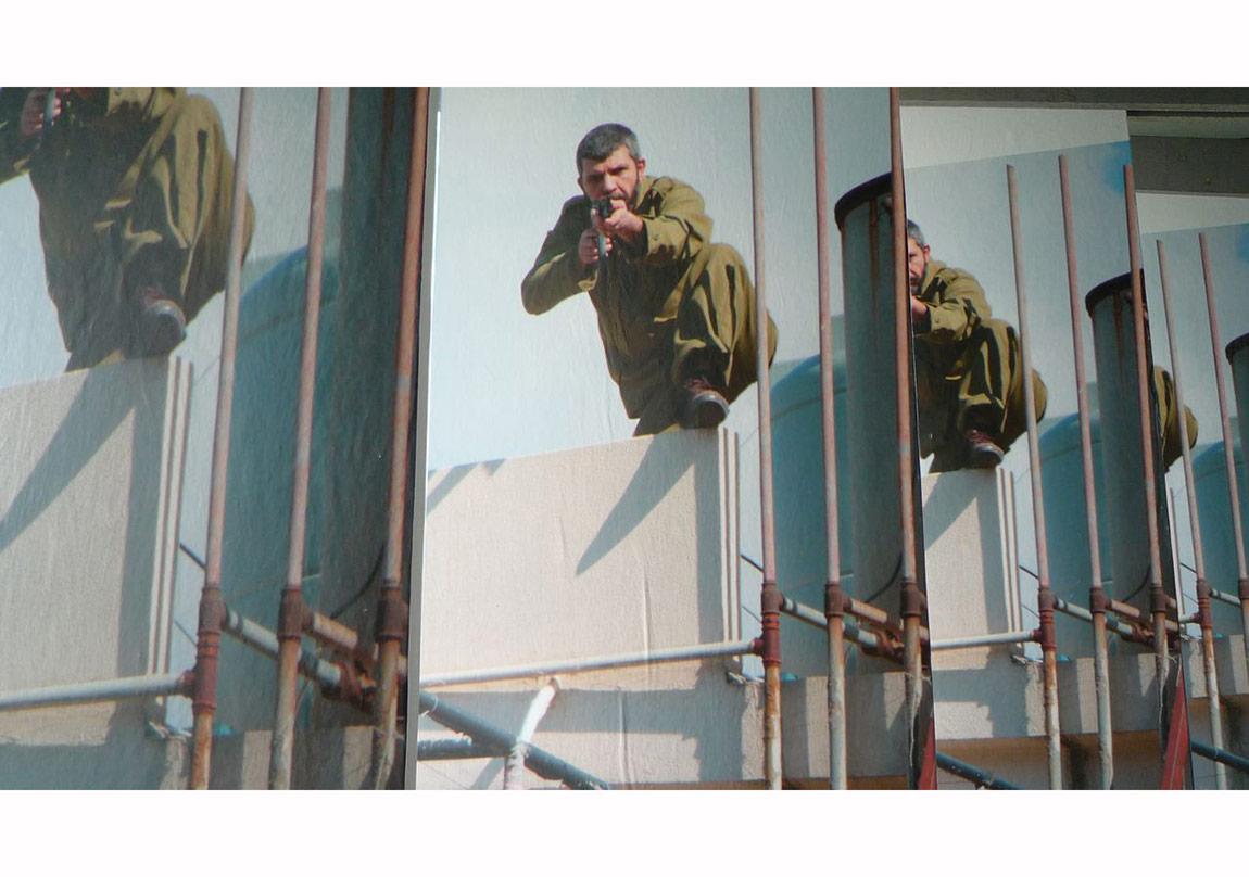 Double Shooting [Çifte Çekiş] (2012) işinin Berlin?deki Tempelhof hava sahasından enstalasyon görüntüsü HAU, Berlin tarafından üretilmiştir. Sanatçı ve Sfeir-Semler Gallery?nin (Beyrut/Hamburg) izniyle
